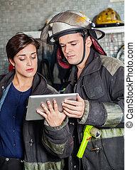 używając, firefighters, komputer, tabliczka