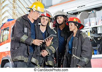 używając, firefighters, palcowa pastylka, drużyna