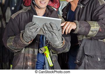 używając, firefighters, samiec, tabliczka, cyfrowy