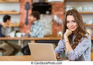używając, kędzierzawy, pociągający, kawiarnia, samica, dodatni, laptop, młody