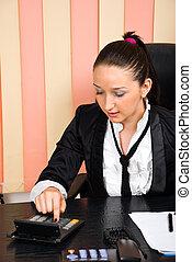 używając, kalkulator, kobieta, młody, handlowy