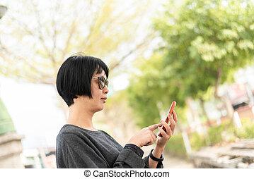 używając, kobieta, asian, cellphone