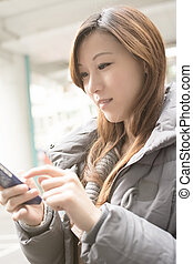 używając, kobieta, asian, młody, cellphone