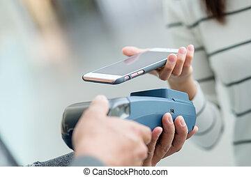 używając, kobieta, cellphone, płacić