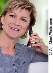 używając, kobieta, cellphone