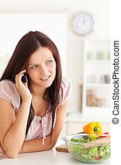 używając, kobieta, cellphone, uroczy