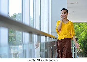 używając, kobieta handlowa, cellphone