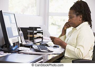 używając, kobieta, komputer, biuro, dom