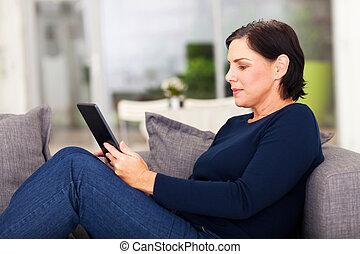używając, kobieta, komputer, dojrzały, tabliczka