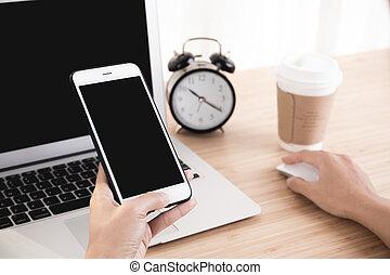 używając, kobieta, smartphone, biuro, ręka