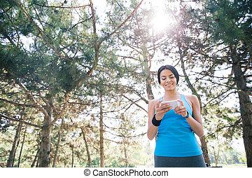 używając, kobieta, smartphone, sporty