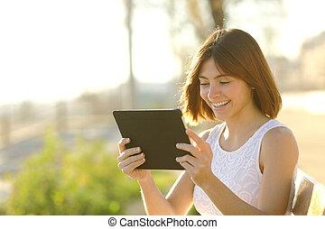 używając, kobieta, szczęśliwy, tabliczka, outdoors