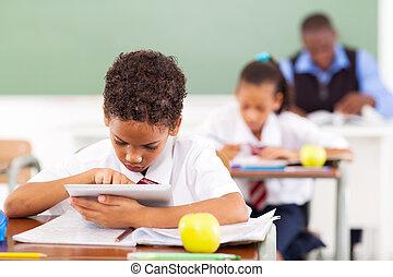 używając komputer, tabliczka, uczeń