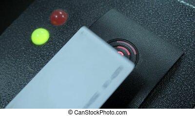 używając, magnetyczny, karta, wejść