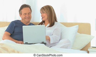 używając, para, emerytowany, laptop