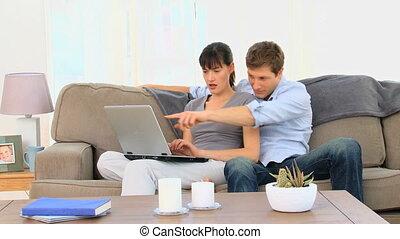 używając, para, laptop, śliczny