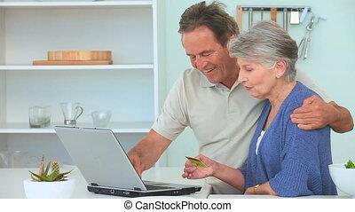używając, para, laptop, dojrzały