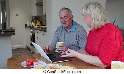 używając, para, laptop, na, lunch