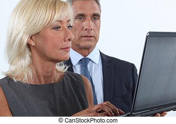 używając, para, wiek średni, laptop