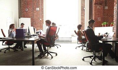 używając, pc, biuro, coworking, mówiąc, grupa, pracujący, nowoczesny, pracownicy