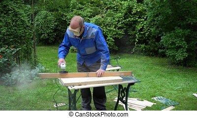 używając, samiec, deska, gładzenie, stolarz, wznowienie, grinder., maszyna, szlifierka