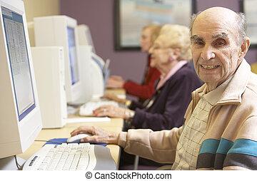 używając, senior, komputer, człowiek