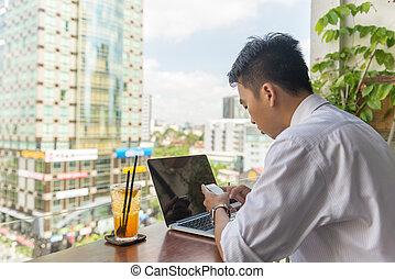 używając, smartphone, balkon, biuro, człowiek