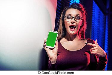 używając, smartphone, kobieta, brunetka, jej