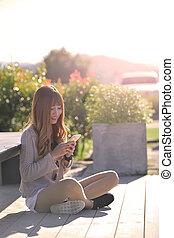 używając, smartphone, kobieta uśmiechnięta, szczęśliwy
