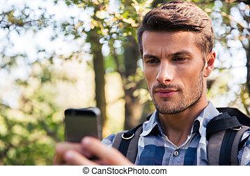 używając, smartphone, las, człowiek