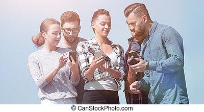 używając, smartphones., grupa, młodzież