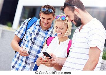 używając, smartphones, grupa, młodzież