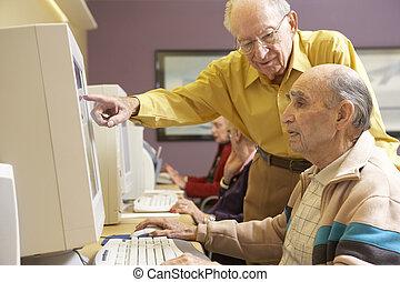 używając, starsi mężczyźni, komputer