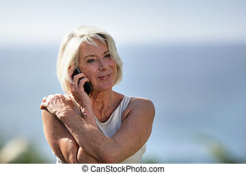 używając, starsza kobieta, cellphone