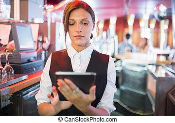 używając, touchscreen, barmanka, aż do