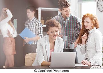 używając, uśmiechanie się, laptop, handlowy zaludniają