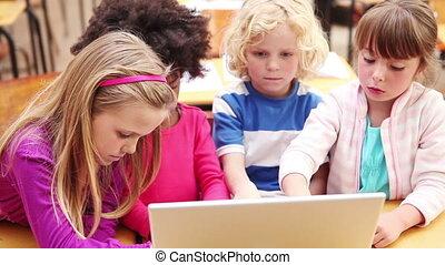 używając, uśmiechanie się, laptop, uczniowie