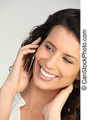 używając, uśmiechnięta kobieta, cellphone