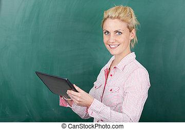 używając, uśmiechnięta kobieta, tabliczka, cyfrowy