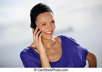 używając, uśmiechnięta kobieta, telefon
