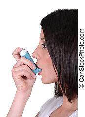 używający inhalator, kobieta, jej