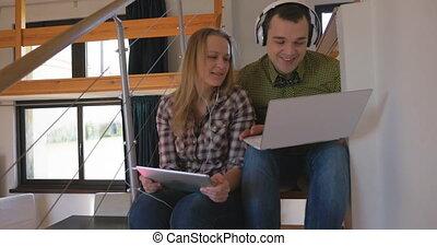 używający laptop, droga, słuchający, muzyka