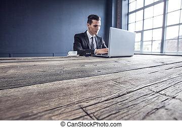 używający laptop, handlowiec