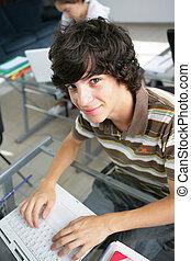 używający laptop, jego, schooldesk, nastolatek
