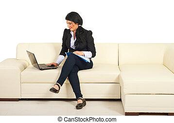 używający laptop, kobieta handlowa, leżanka
