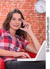 używający laptop, kobieta