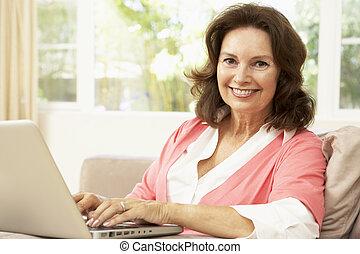 używający laptop, kobieta, senior, dom
