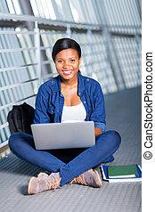 używający laptop, kolegium student, afrykanin