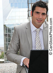 używający laptop, komputer, zewnątrz, biznesmen