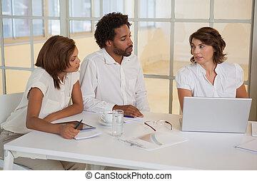 używający laptop, spotkanie, handlowy zaludniają